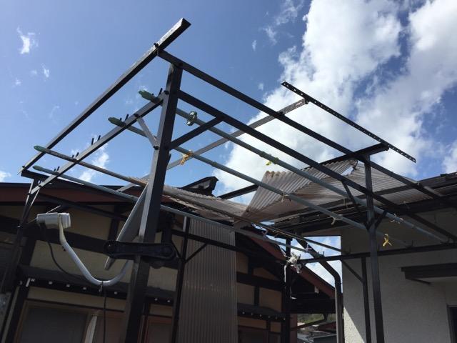 風ではがれた屋根